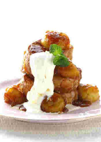 フレンチトーストにバナナのキャラメリゼを加えておしゃれに♪とろけるように甘いバナナとしっとりとしたフレンチトーストで幸せな気分になれそうです。