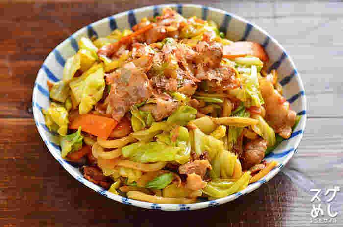 野菜が余ってしまったときや、野菜をたっぷり食べたいときにおすすめなのが、焼きうどんです。簡単なのに栄養もしっかり摂れるので、お弁当にもぜひ!