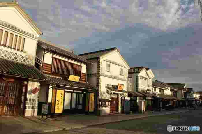 【岡山県倉敷市の中心部に位置する「倉敷美観地区」の倉敷川沿いの風景。白壁となまこ壁、瓦屋根。掘割りの水面と柳並木。倉敷ならではの町並みです。】
