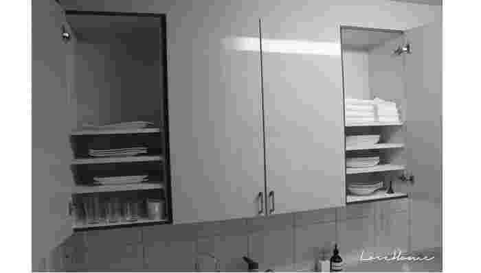 使用頻度の高いお皿を、シンクから高からず低からずの棚に収納。 取り出してからしまうまでの一連の流れが最もスムーズにできる位置ですね(^^)