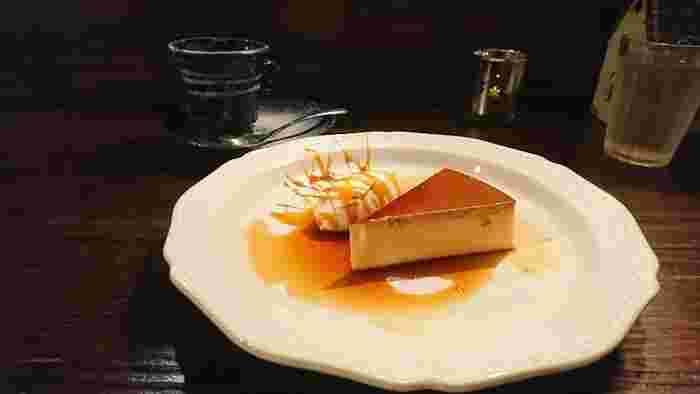 パンケーキが有名な「カフェ香咲」ですが、実はプリンも絶品…!ケーキのように切り分けられたプリンは、ずっしり重量感のあるタイプ。上品なお味で、重め・固め派にはぜひ食べていただきたい逸品です。