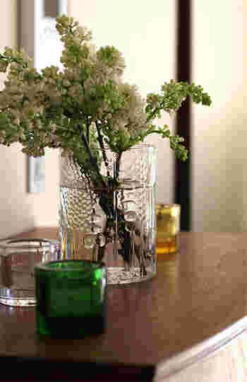 こちらはライラック。フローラのデザイナーであるオイバ・トイッカが「フローラに一番似合う花」だとおっしゃっていたそうです。このもこもこっとした春の花は、フローラに刻まれた模様にも似ているせいか、確かになんだかしっくりきます。