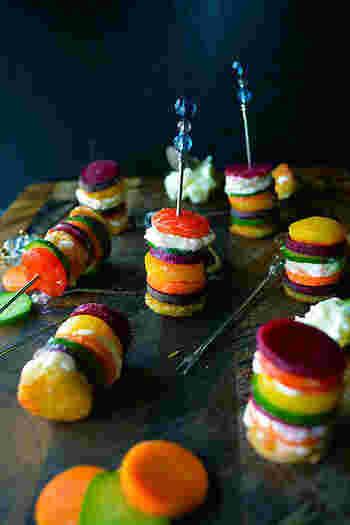 丸くくりぬいて素揚げした野菜を、彩り良く串に刺します。まるでアート作品のようなピンチョスが素敵。ピンチョスは、冷蔵庫に入っていた少しの野菜でも美味しく作れるのが魅力です。
