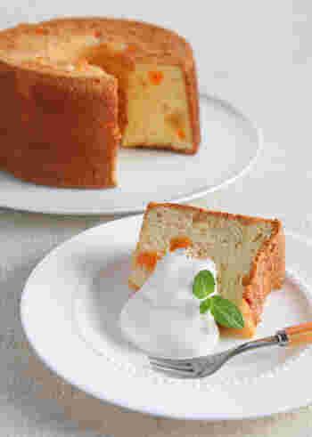 オレンジピールの爽やかな香りがアクセントのシフォンケーキは、ヨーグルトと生クリームでゆるめのソースを添えて…ほんのり甘酸っぱいクリームとシフォンケーキとの相性は抜群です。