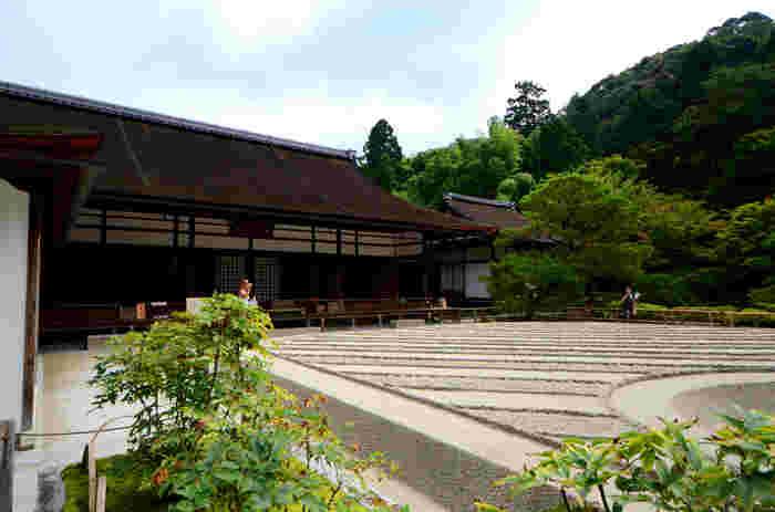 銀閣寺の方丈(本堂)は江戸時代中期に建立されたものです。ここでは、銀閣寺本堂の御本尊として釈迦牟尼仏が安置されているほか、建物内部には江戸時代に活躍した絵師、与謝蕪村、池大雅の襖絵が所蔵されています。
