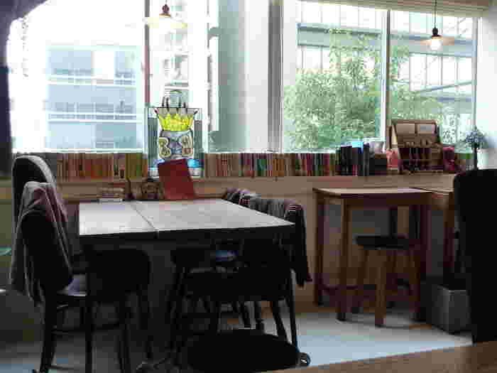 本町駅のすぐ近く、本町通り沿いのビルの2階にある隠れ家風カフェ【風泉】(ふうせん)。アンティーク家具が並んだ店内では、可愛い雑貨も販売しています。