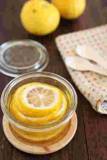 こちらは、柚子のはちみつ漬け。煮沸消毒した瓶に、柚子とはちみつを交互に入れていくだけです。柚子ジャムと同じように使えます。