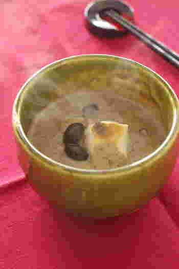 お正月に黒豆が残ったら、ぜひお汁粉としてリメイクを。黒豆の風味と甘みで、小豆とはまた違った美味しさを楽しむことができます。寒い日には、熱々にしていただきましょう。