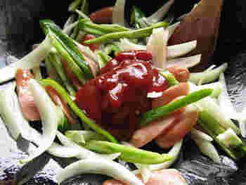 野菜とソーセージを炒め、ケチャップを主体にしたナポリタンソースを加えます。しんなりしたら、茹で置きしたスパゲティを加えて炒め合わせます。その際、ビールを少し入れると、よりもちっとするそうです。