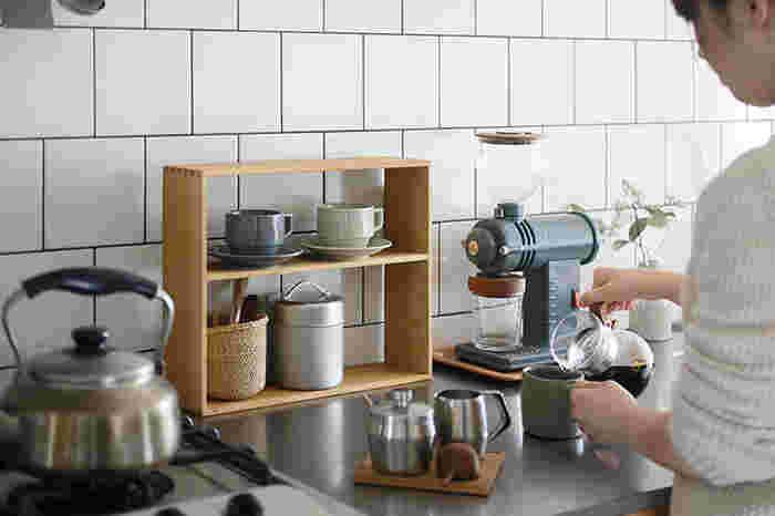 狭いキッチンでもちょっとした空間に置けるウッドシェルフ。天然木そのものの素材感を大切にしたつくりで、キッチンが温かな雰囲気になります。
