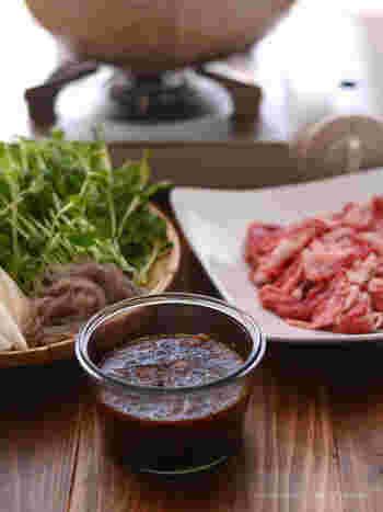 材料を混ぜ合わせるだけの簡単調理でできるつけダレは、酢やオイルを加えればドレッシングに変身。 色んな料理の調味料として使えるので、レパートリーに加えると料理の幅がひろがりますよ!