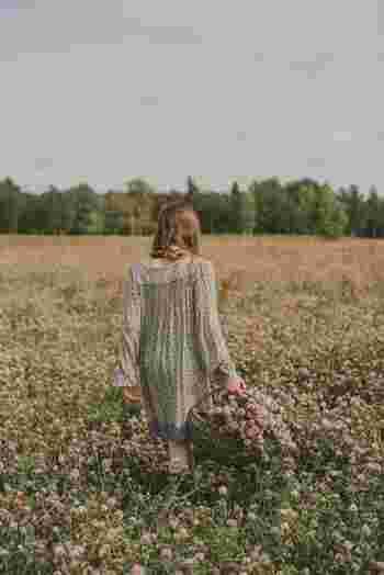 気持ちが落ち込んでいるとき、あるいはネガティブな感情でいっぱいのときは、頭ばかりを使っている状態です。体を動かし、五感を刺激して、頭と体のバランスをとるようにします。外の空気を吸って、ストレッチや散歩をしてみる、花の香りをかいでみる、鳥のさえずりに耳をすませてみる。そうすると、気持ちのスイッチがパチンと切り替わるのが感じられでしょう。