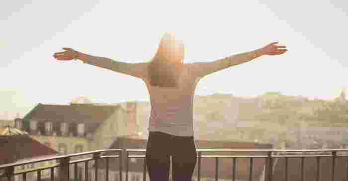 朝起きた時に体のスイッチを入れるのに最適なのが太陽の光です。体内時計をリセットすることで、一日を気持ちよくスタートすることができます。また日中の活動も元気にこなすことができるはず。体のサイクルも整いやすくなるので、睡眠の質もアップして毎日を気持ちよく過ごせるでしょう。