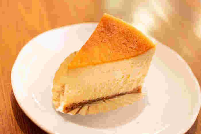 「をかし東城」は、チーズケーキが評判のお店。パティシエ歴20年以上の腕をもつ店長の東城さんが作るのは、地酒 「春鹿」を使った、その名も「お酒を使ったチーズケーキ」。ふんわりと日本酒の香りが広がり、酒粕とチーズのコクが格別。口に入れると溶けるようなクリーミー食感は、ここでしか食べられない味。誕生から10年以上経った今でも変わらぬ人気を誇っています。