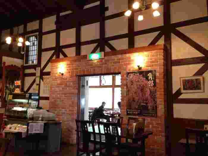 大正8年頃に建てられた蔵をリノベーションした「レストラン北蔵」は、温もりあふれる落ち着いた空間。時間を忘れて優雅なランチタイムを過ごしたいお店です。テラス席から見える開放的な景色も抜群ですよ。