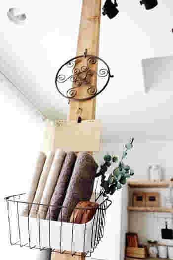 ディアウォールは壁に使う方が多いかと思いますが、あえてお家の中央に設置してみるのもあり。木材にかごや小物を取り付ければ、お部屋の顔になってくれます。