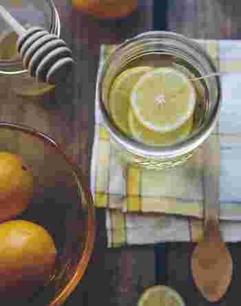 爽やかなレモネードですが、冬はホットでいただくのもおすすめです。搾ったレモンに、お好みの量のハチミツを加えてお湯を注いでかき混ぜれば、ふんわりとレモンの香りが漂います。カフェインが含まれていないから、夜眠る前のナイトドリンクにもぴったり。