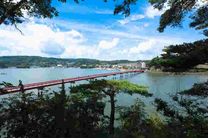 松島には、縁切り橋・出会い橋・すかし橋と呼ばれる有名な3本の橋があります。中でもこちらの「福浦橋」は約250mの朱い橋を渡ることで良いご縁に恵まれると言われています。この橋を渡った島は遊歩道が整備され、たっぷり大自然の中を散策することができますよ。