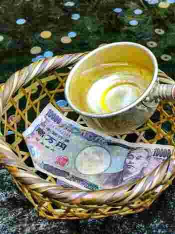 「銭洗弁財天宇賀福神社でお金を洗うと倍になる」と言われており、これは見逃せませんね。そのため、銭洗弁天はいつも人で賑わっています。