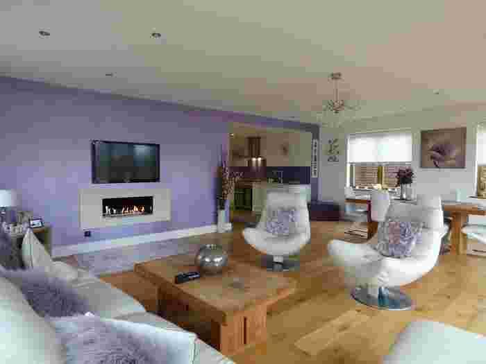 ラベンダーパープルの壁は、白や同色の小物でまとめると上品でフェミニンな雰囲気のお部屋になります。