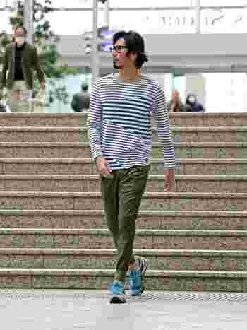 街を歩いていると、男女問わずボーダートップスの着用率が本当に高いですよね。男性は特に皆同じような印象になりがち。そんなときは、切り替えデザインなどひと味違うボーダーTシャツを選んでみてはいかがでしょうか?