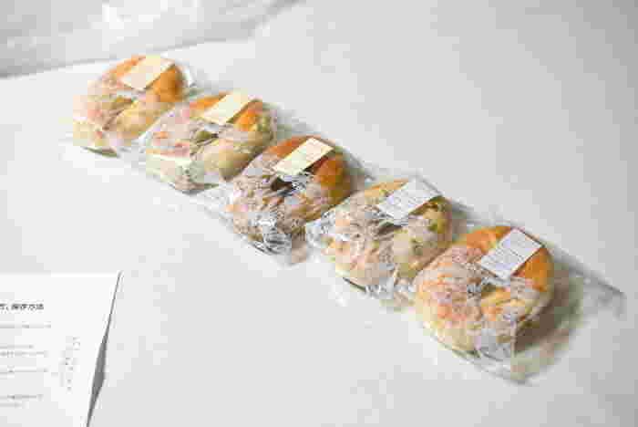 手頃な値段なので、色々な種類を買って食べ比べできるのが嬉しいポイント!シンプルなプレーンはサンドイッチにするのがおすすめ。他にも野菜やチーズを使ったものや、スイーツ系などがあります。