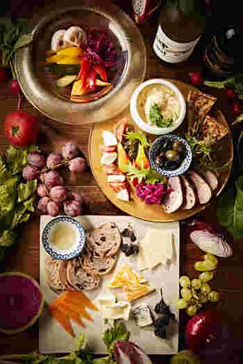 「オードブル盛り合わせ」では、本日のキッシュ、合鴨の胡椒焼、ポテトサラダ、自家製ピクルスなどがワンプレートで提供されます。  お酒と一緒に軽くお食事をつまみたい方は「チーズ盛り合わせ」もおすすめです。