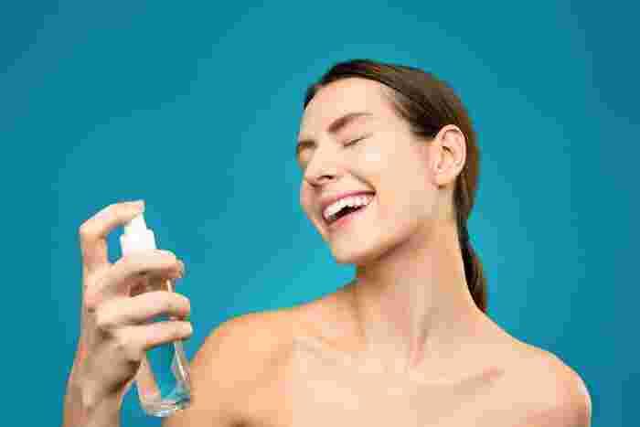 """時短のためにオールインワンゲルを使っていると少し乾燥が気になることも。とても便利なアイテムですがやっぱり""""水""""でない分、潤い不足になりやすい面もあります。そんな潤い不足を感じたら、スプレータイプの化粧水でシューッと一気に水分補給しちゃいましょう。"""