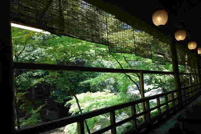 川に沿って並ぶ座敷からは、高雄の素晴らしい景色が眺められ、川のせせらぎを耳にしながら、季節の料理が頂けます。