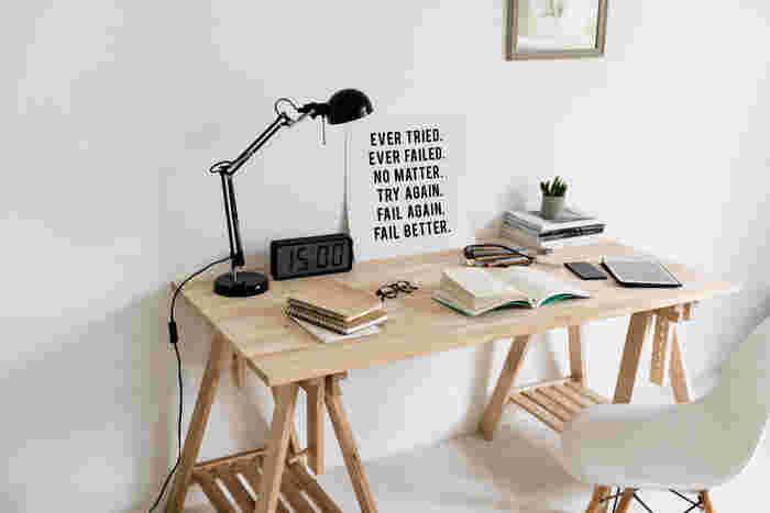 """机はいつも何か作業をする時にしか使わないので「スッキリ片付いていなくても、仕事や勉強にさほど影響しないのでは?」と思いがち。でも実は、""""デスク周りの環境が、仕事や勉強の能率に直結する""""と言われているのをご存知ですか?まずはデスク周りを片付けるとどんな良いことがあるのか、整理・整頓のメリットから見ていきましょう!"""