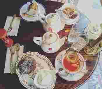 アフターヌーンティにぴったりの可愛らしいテーブルですね。お皿がレトロで可愛らしく、おやつの時間が楽しくなります。