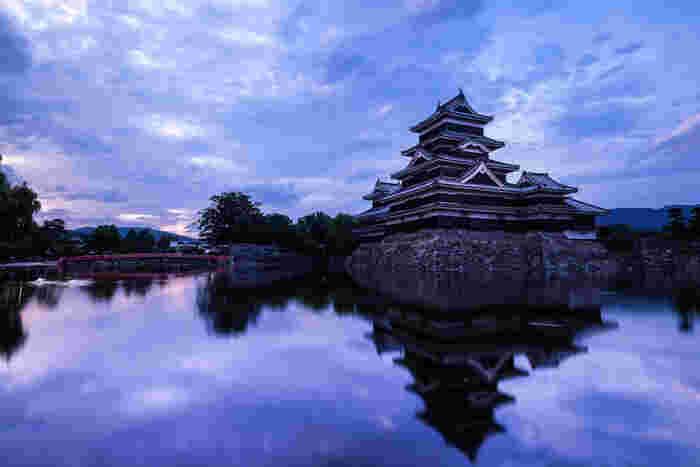 新宿から特急で2時間半。日帰りでも行けちゃう長野県松本市。そんな松本の観光スポットといったら外せないのが「松本城」です。そこで 今回は、松本城をメインにキナリノ読者におすすめの観光・グルメ情報をお届けします!