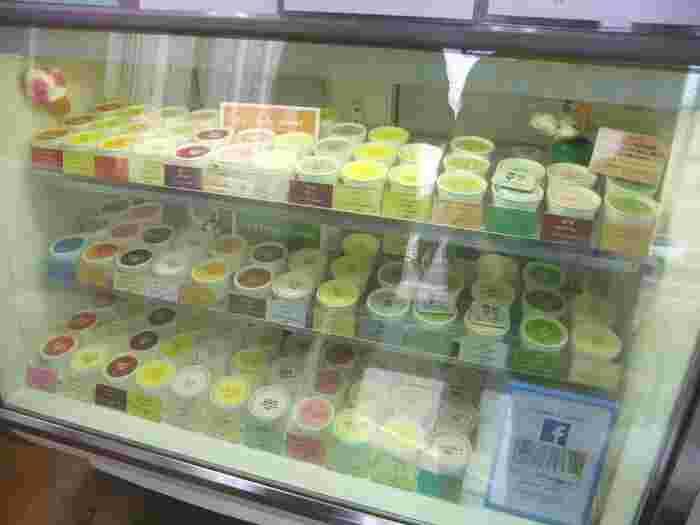 店舗は函館駅から歩いて10分ほどの場所にあります。常時30種類以上のアイスクリーム・シャーベットが並びます。
