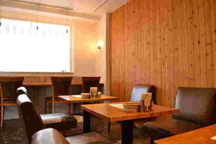 店名の「metsa」はフィンランド語で「森」のこと。温もりある木目や、カウンター席の小さなタイル壁など、ほっこりする店内には北欧雑貨も置かれていて、のんびり北欧の雰囲気を感じられそうですね。