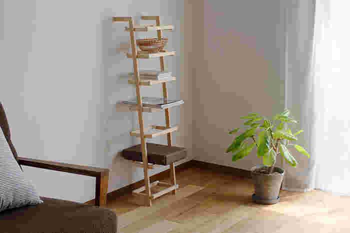 木曽檜で作られた縦長のラック。ナチュラルでどんなお部屋にも馴染みそうですね。木枠は7段あるので、フルに使ったり余白を残したりと色々な使い方ができます。本や雑誌をのせて、見せる収納にするとおしゃれ!