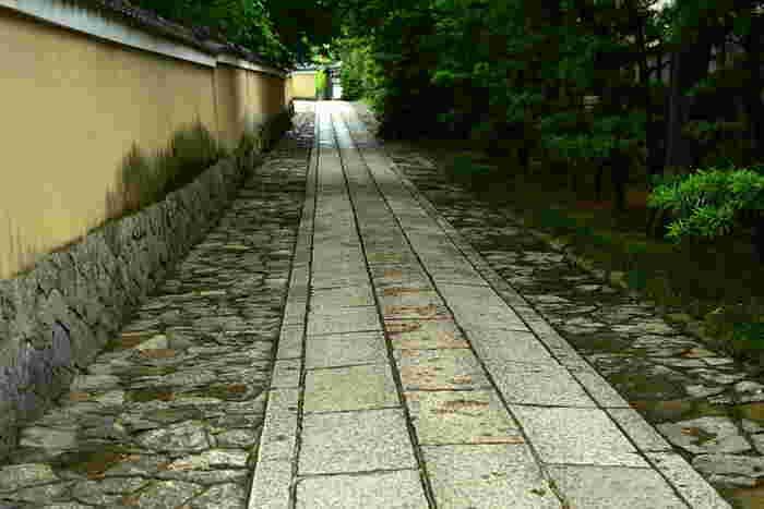 神社とは違い、お寺の参道は真ん中を歩いても構いません。特に敷石がある場合は「参道を歩かずに敷石の上を歩くのはマナー違反とされる」ので、注意してください。