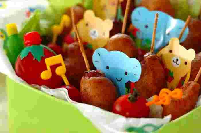 ホットケーキミックスで作る簡単アメリカンドッグ。パーティーやお弁当に大活躍する、子どもが大好きなメニューです。