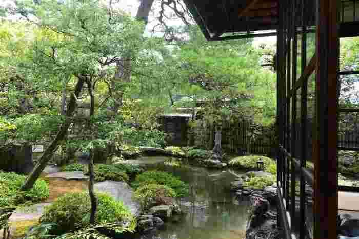 琵琶湖疏水を引き込んで造られた「水の庭」は、母屋の下から池が広がり、座して眺めた時に、庭がどの様に映るのか、建築も庭園も、実に細やかに計算されています。
