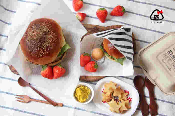 こちらはダイソーのフードパックです。正方形に近い形なので、ハンバーガーなど大きくて丸いものを入れるのにおすすめです。  ハンバーガーはこぼれないように、ペーパーバッグに斜めに入れると食べやすいです。こちらもダイソーで買えるんですよ。プチプラでおしゃれなグッズを探すなら、まずは100円ショップですね。