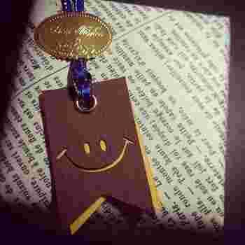 にっこりSMILYがほっこりデザインのタグ。プレゼントをもらった瞬間、自然と笑みがこぼれてしまいそう。