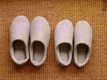 ■今治コットンを「履く」贅沢 タオルで有名な愛媛県・今治市製のルームシューズは、上質なコットン100%で足を入れた瞬間から違いが分かるアイテムです。  裸足でフローリングを歩くと、べたつきが気になってしまうことも多いのでルームシューズを履くご家庭も多いですよね。コットン製なら汗を吸ってくれて、さらにお洗濯もできるので毎日気持ちよく履くことができます。  ぱたぱた音がしないソールは、マンションにお住まいの方にもおすすめです。
