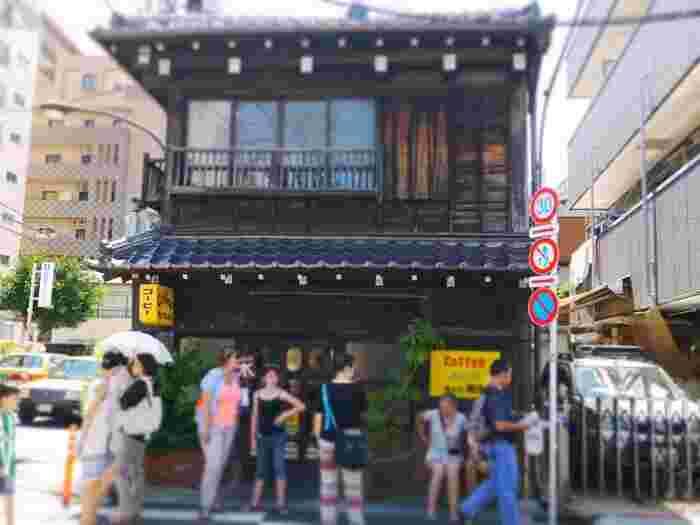"""""""谷中""""の名喫茶店として全国的に知られている「カヤバ珈琲」。 """"谷中""""といっても南端に位置するので、東京藝大からも近く、藝大アートプラザからなら歩いて5分程です。人気店ですので、ゆったりと過ごせるかどうかは、日によりけりですが、古民家の風情と独特の雰囲気は、「カヤバ珈琲」ならではで、一度は利用して欲しい名店です。"""