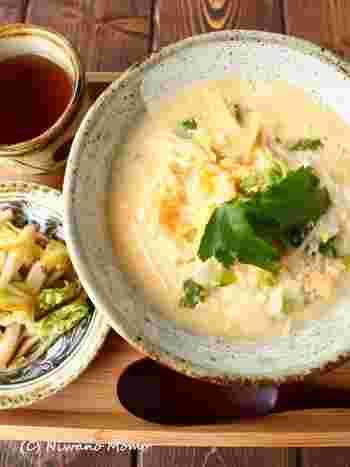 濃いめに味付けをしたたまご雑炊は、ごはんをひと煮立ちさせて仕上げるタイプの雑炊です。ごはんの食感も楽しめるので、満腹感がありますよ。
