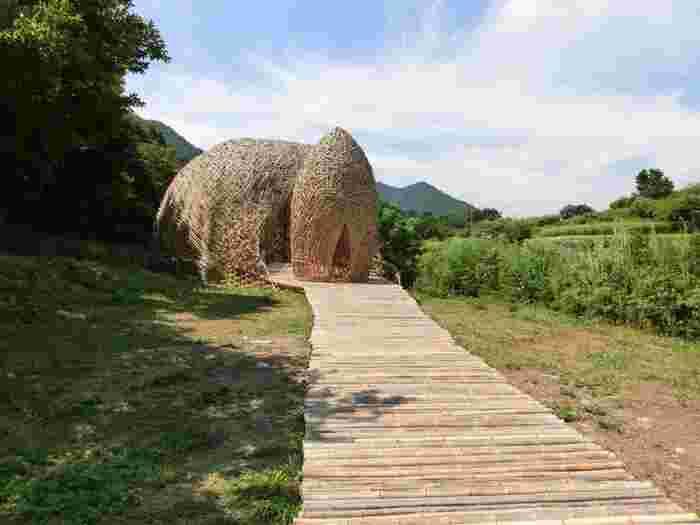 瀬戸内国際芸術祭の会場になる小豆島はアートの島でもあります。そのアート作品の一つが、中山千枚田にある「オリーブの夢」。周囲の棚田となじみつつ、不思議な存在感を放っています。