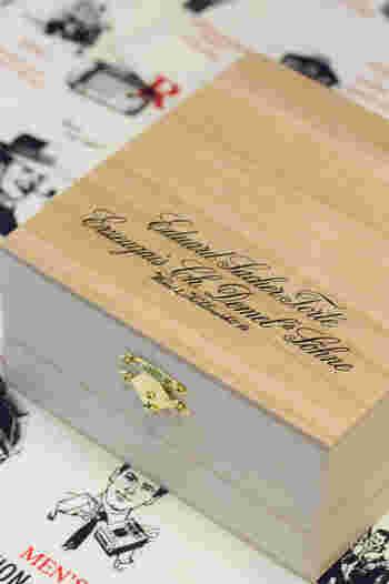 「デメル」を代表するお菓子、ザッハトルテはなんと桐箱入り! 特別な日に、カチャッと開いてじっくり楽しみたくなりますね。 こちらも、通販で購入することが可能です。