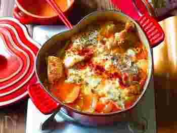 和風のお鍋ではあまり見かけないじゃがいもや玉ねぎなどをふんだんに使った一品で、辛いスープにチーズをプラスすることでまろやかさも忘れずに。とろーり旨辛なお鍋です。辛さを控え目にすればお子様にも◎。