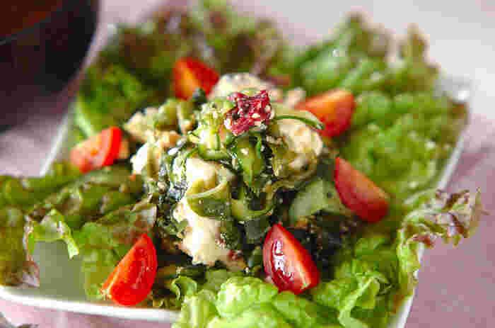 美肌効果も期待できそうな低カロリー副菜「白和えサラダ」。高タンパク低カロリーのお豆腐を崩して、ヘルシーでミネラル分たっぷりの海藻、ビタミンCとリコピンが豊富なトマトと和えていただきましょう。  具沢山のスープとおにぎりで腹持ちもよく、栄養価の高い一皿になります。夜はささみの炒め物などに合わせても◎。