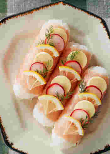 すし飯でつくる、スティック型のおむすび。生ハムやラディッシュなどあしらった春らしい色合いで、この一品だけでもお花見気分が味わえそう。