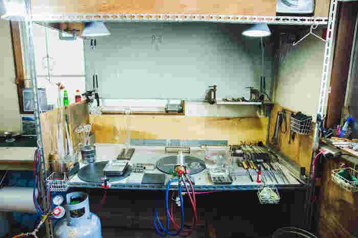 岡本さんの作業場。棚から机まで、すべて手作りです