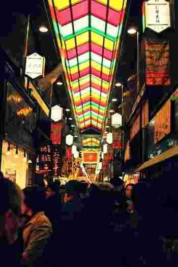 京の台所とも呼ばれる錦市場には、生鮮食品が多く並びますが、観光で訪れる私たちにとっても美味しい市場。夕方は早く店じまいするお店も多いので、食べ歩きに出かけたい方は早めに訪れてくださいね。
